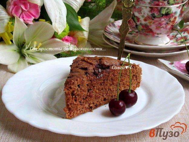 фото рецепта: Шоколадный пирог с миндалем и вишней