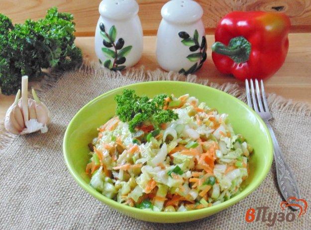 фото рецепта: Салат с пекинской капустой и зеленым горошком