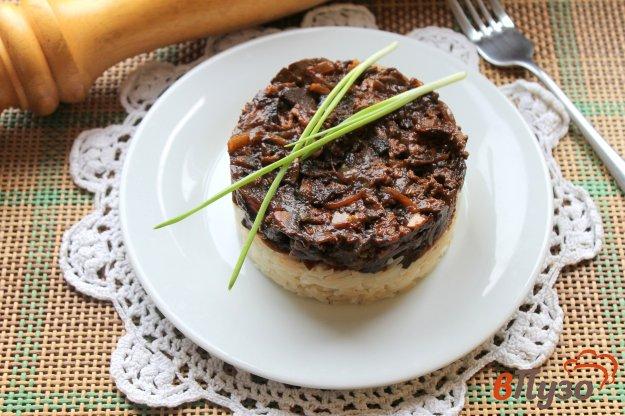 фото рецепта: Отварной рис с подливой из грибов и печени