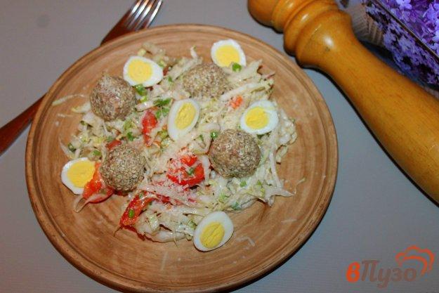 фото рецепта: Салат с рыбными шариками, яйцом и капустой