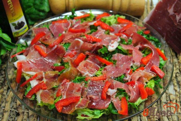 фото рецепта: Зеленый салат с прошутто и перцем