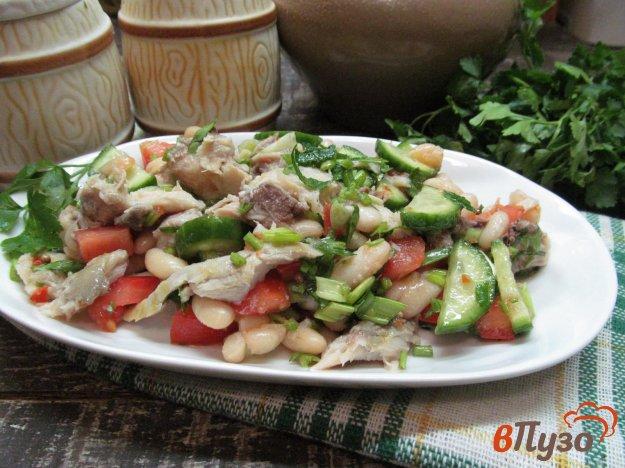 фото рецепта: Рыбный салат с фасолью и помидором