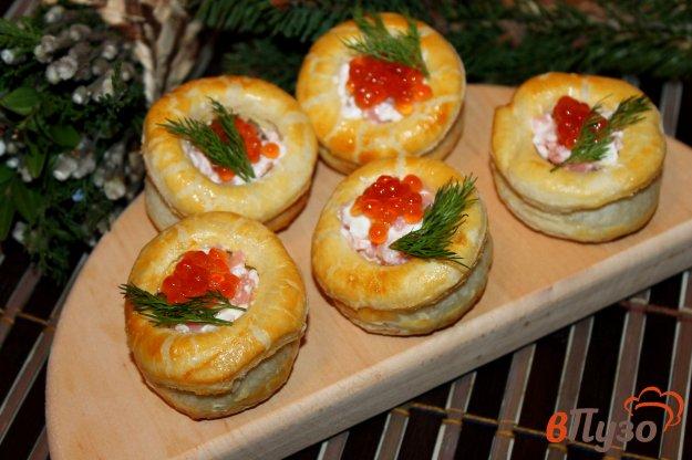 фото рецепта: Волованы из слоеного теста с семгой, крем - сыром и икрой