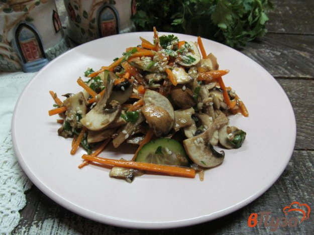 фото рецепта: Острый салат из моркови с грибами и огурцом