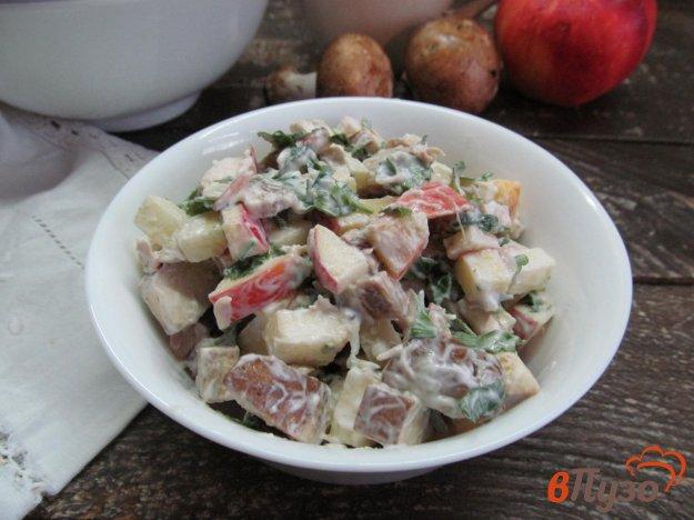 фото рецепта: Салат из курицы грибов и яблока