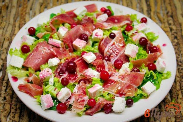 фото рецепта: Зеленый салат с фетой, прошутто и клюквой