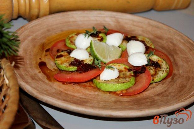 фото рецепта: Закуска из помидора и кабачка под соусом из вяленых томатов