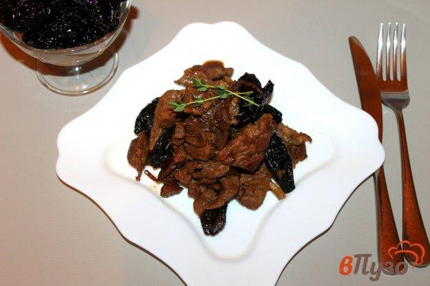 фото рецепта: Телятина с черносливом и луком тушеная в вине