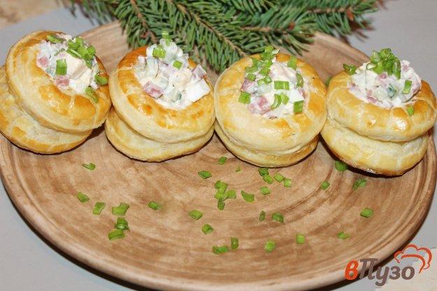 фото рецепта: Волованы из слоеного теста с салатом