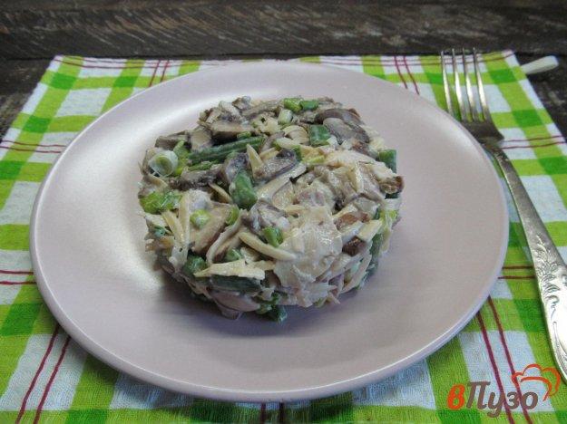 фото рецепта: Салат из курицы с маринованными грибами и фасолью