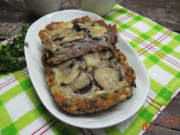 фото рецепта: Мясной пирог с начинкой из грибов и сыром