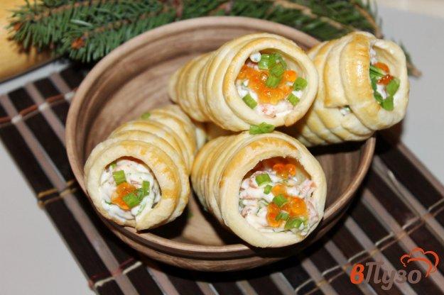 фото рецепта: Трубочки из слоеного теста с лососем сыром и икрой