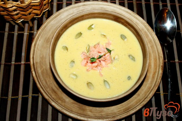 фото рецепта: Сливочный крем - суп из тыквы и картофеля с отварным лососем