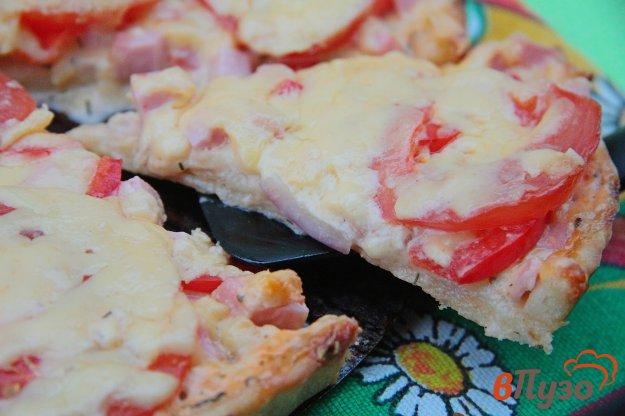 фото рецепта: Пицца с помидорами, колбасой и перцем
