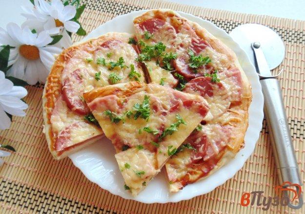 фото рецепта: Пицца с копченой колбасой и ветчиной