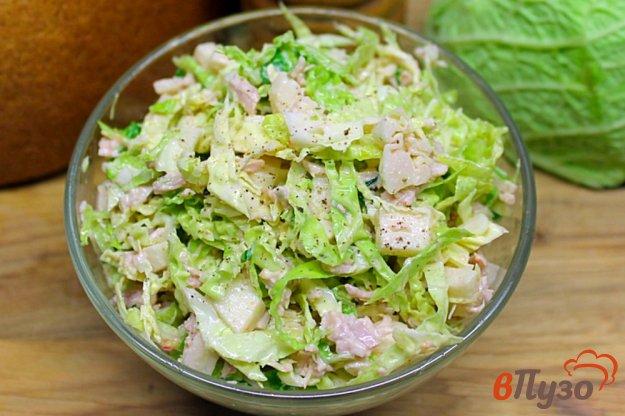 фото рецепта: Мясной салат с яблоком и савойской капустой