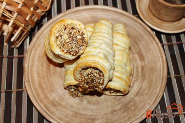 фото рецепта: Слоеные трубочки с вареной сгущенкой, орехами и бананом