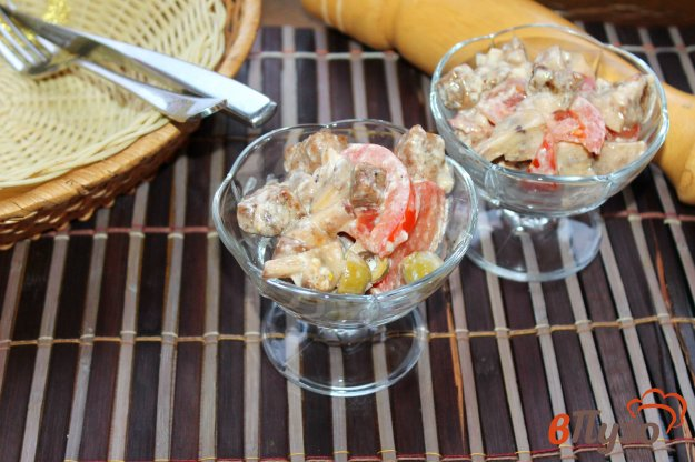 фото рецепта: Салат с жареной грудкой, помидорами и оливками