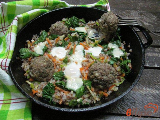 фото рецепта: Гречка с фрикадельками и яйцами