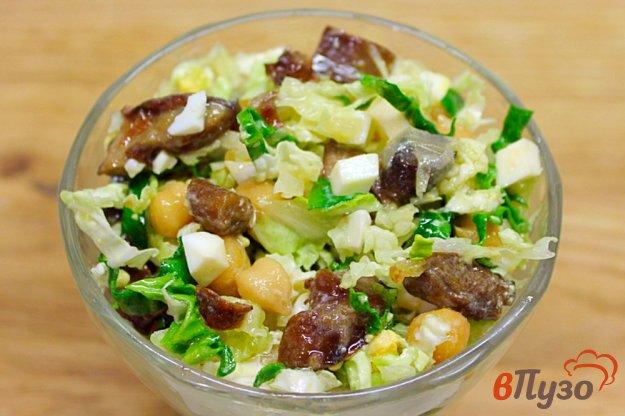 фото рецепта: Салат из пекинской капусты с грибами и нутом