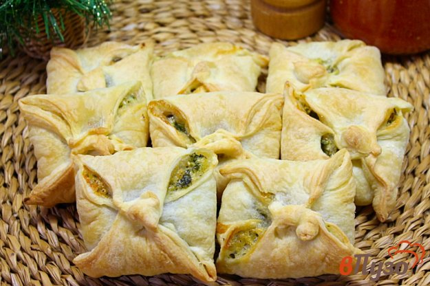 фото рецепта: Слоеные конверты с зеленью, яйцом и моцареллой