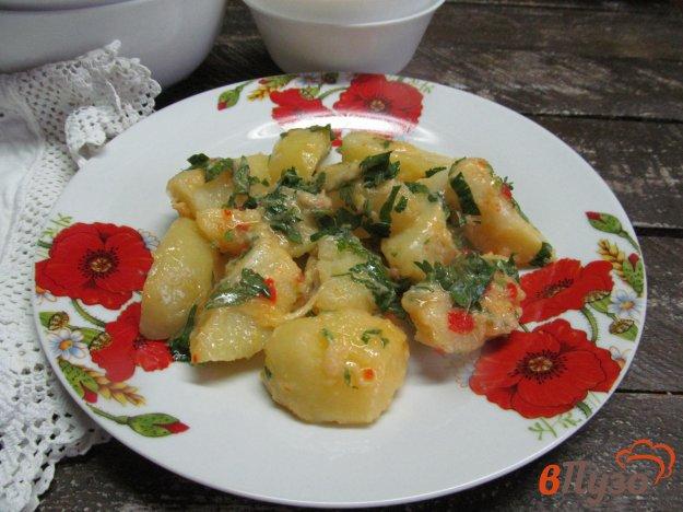 фото рецепта: Вареный картофель под сыром и соусом