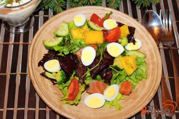 фото рецепта: Салат - микс из овощей, брокколи и перепелиных яиц с красной рыбой