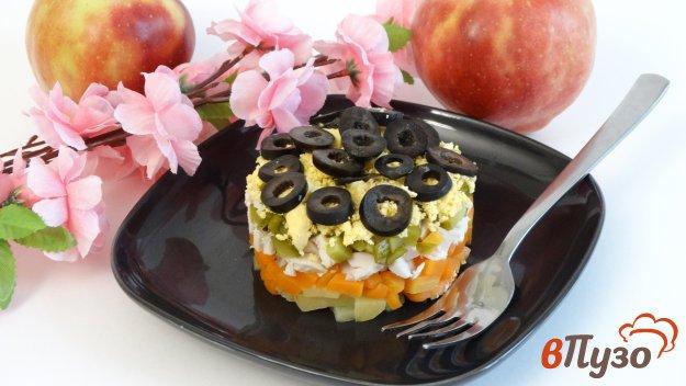 фото рецепта: Слоеный салат с курицей и маслинами