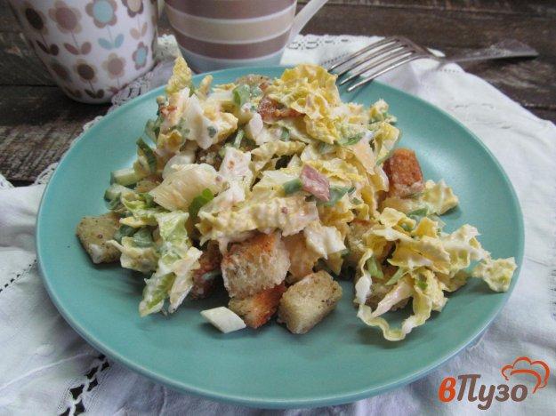фото рецепта: Салат из пекинской капусты с беконом и сухариками