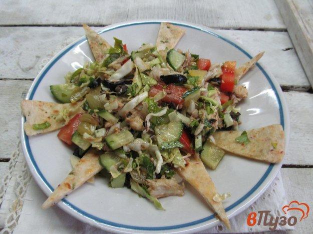фото рецепта: Овощной салат с вареной курицей и лепешкой