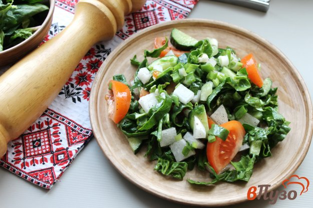 фото рецепта: Салат из шпината с овощами и дайконом