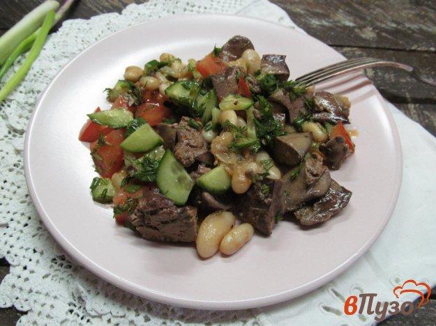 фото рецепта: Салат из куриной печени с помидором и фасолью