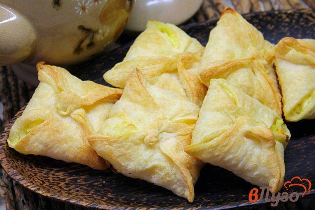 фото рецепта: Слоеные конверты с творогом и кокосовой стружкой