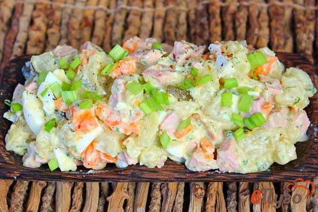 фото рецепта: Зимний салат из вареных овощей, с огурцами и сосисками