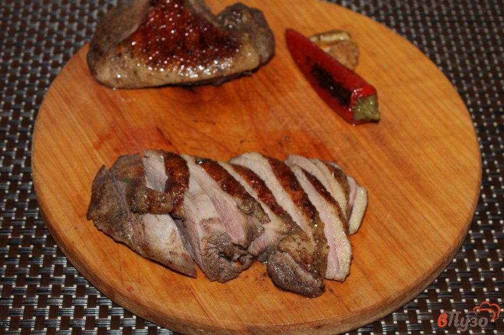 Фото приготовление рецепта: Утиная грудка на гриле с травами и перцем чили шаг №5
