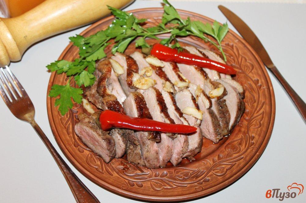 Фото приготовление рецепта: Утиная грудка на гриле с травами и перцем чили шаг №6