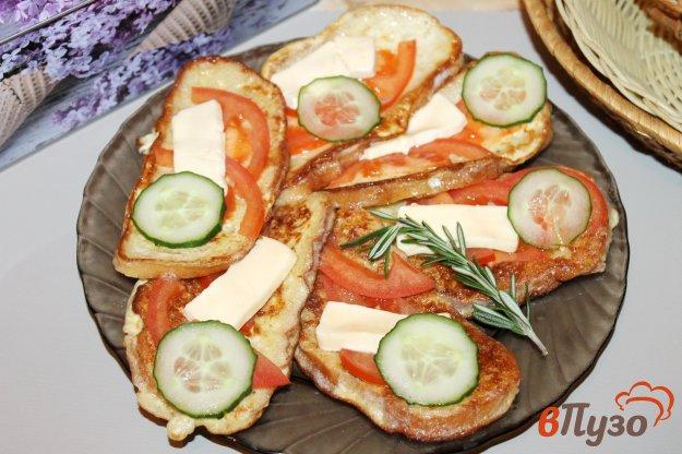 фото рецепта: Гренки для завтрака с помидорами в яйце