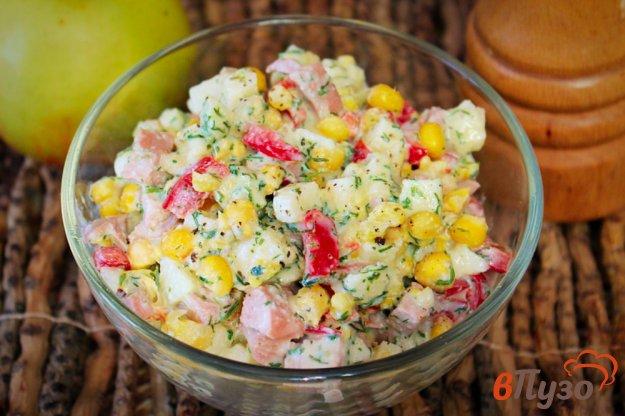 фото рецепта: Салат с кукурузой, сосисками и перцем