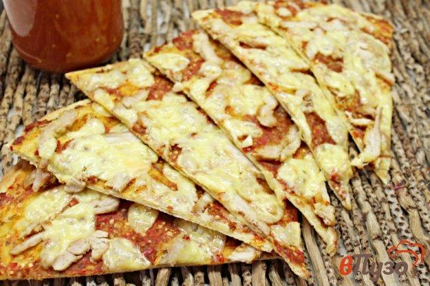 фото рецепта: Тонкая пицца с мясом индейки и овощным соусом