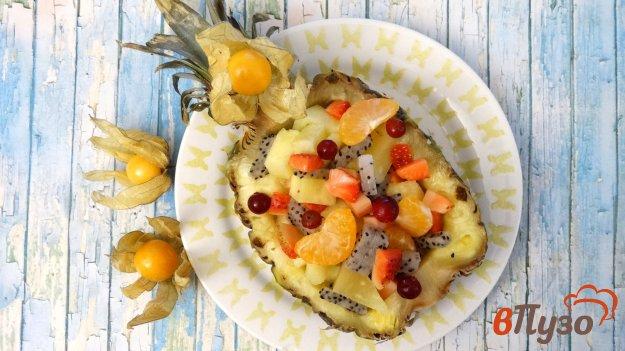 фото рецепта: Фруктовый салат в половине ананаса