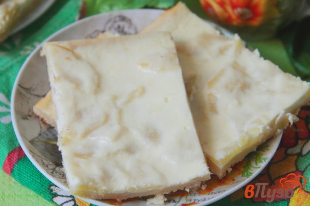 фото рецепта: Открытый пирог с творогом и яблоками из слоеного теста