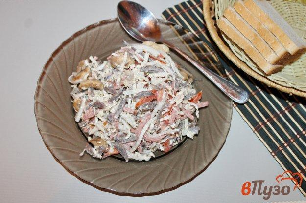 фото рецепта: Салат из куриных субпродуктов, пекинской капусты и копченой колбасы