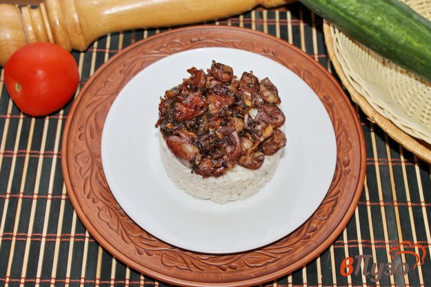 фото рецепта: Рис с куриными сердечками и луком