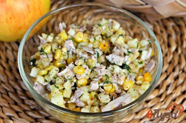 фото рецепта: Салат из курицы с яблоком и кукурузой