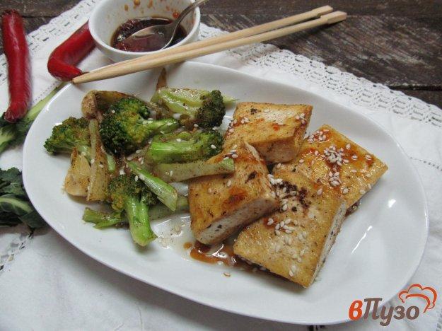 фото рецепта: Тофу с соусом чили и брокколи