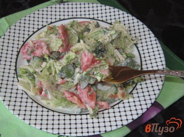 фото рецепта: Салат с малосольными огурцами и пекинской капустой в сметане