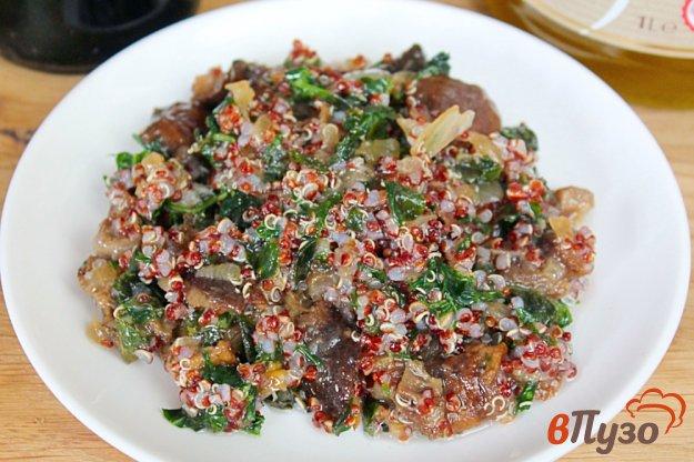 фото рецепта: Грибной салат с киноа и чесноком