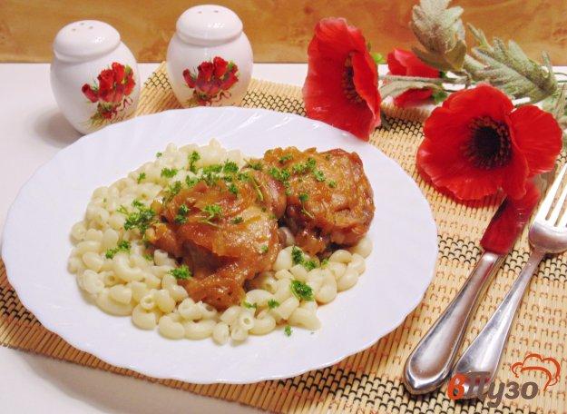 фото рецепта: Куриные бедра в луковом соусе