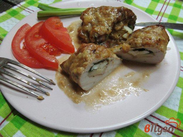фото рецепта: Фаршированные куриные грудки под сырным соусом