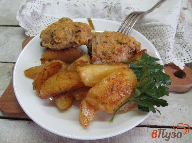 фото рецепта: Маринованные куриные бедра запеченные с картофелем в мультиварке